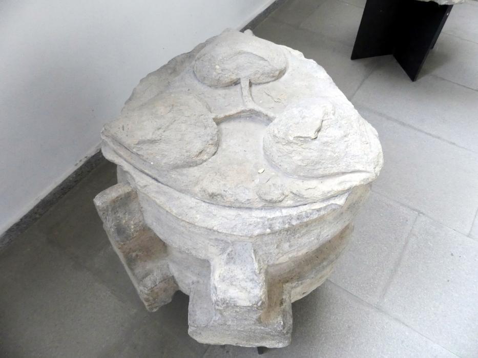 Gewölbe-Schlussstein mit einem Zeichen der Herren von Ricany, 2. Viertel 14. Jhd.