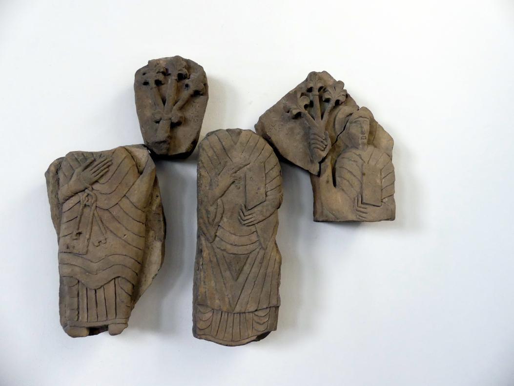 Fragmente eines Tympanons (Schmuckfläche) mit Christus zwischen den Hll. Peter und Paul, Mitte 12. Jhd.