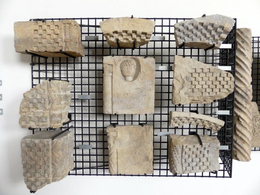 Teile und Fragmente der Archivolte (Rundbogen), um 1225