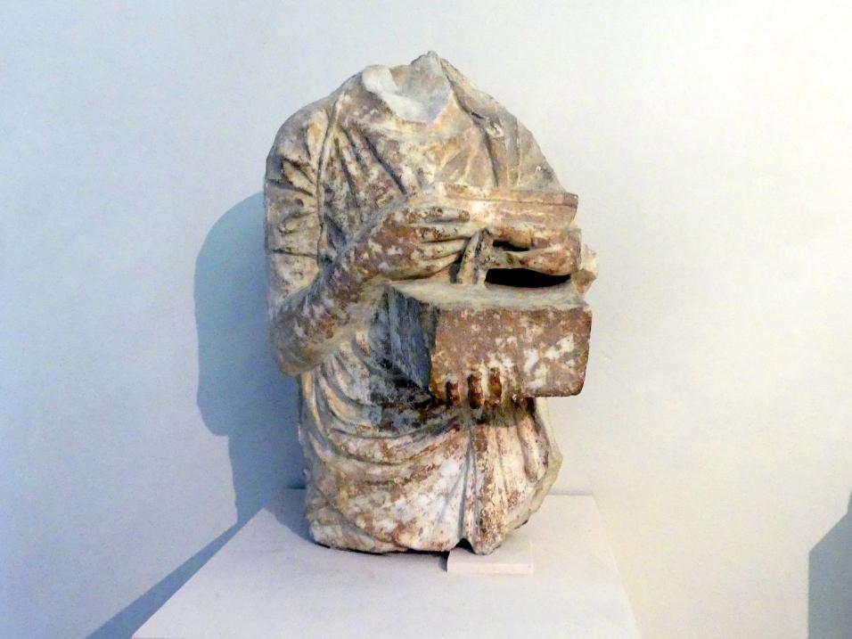 Fragment einer griechischen Stele: weibliche Dienerin, 1. Hälfte 4. Jhd.