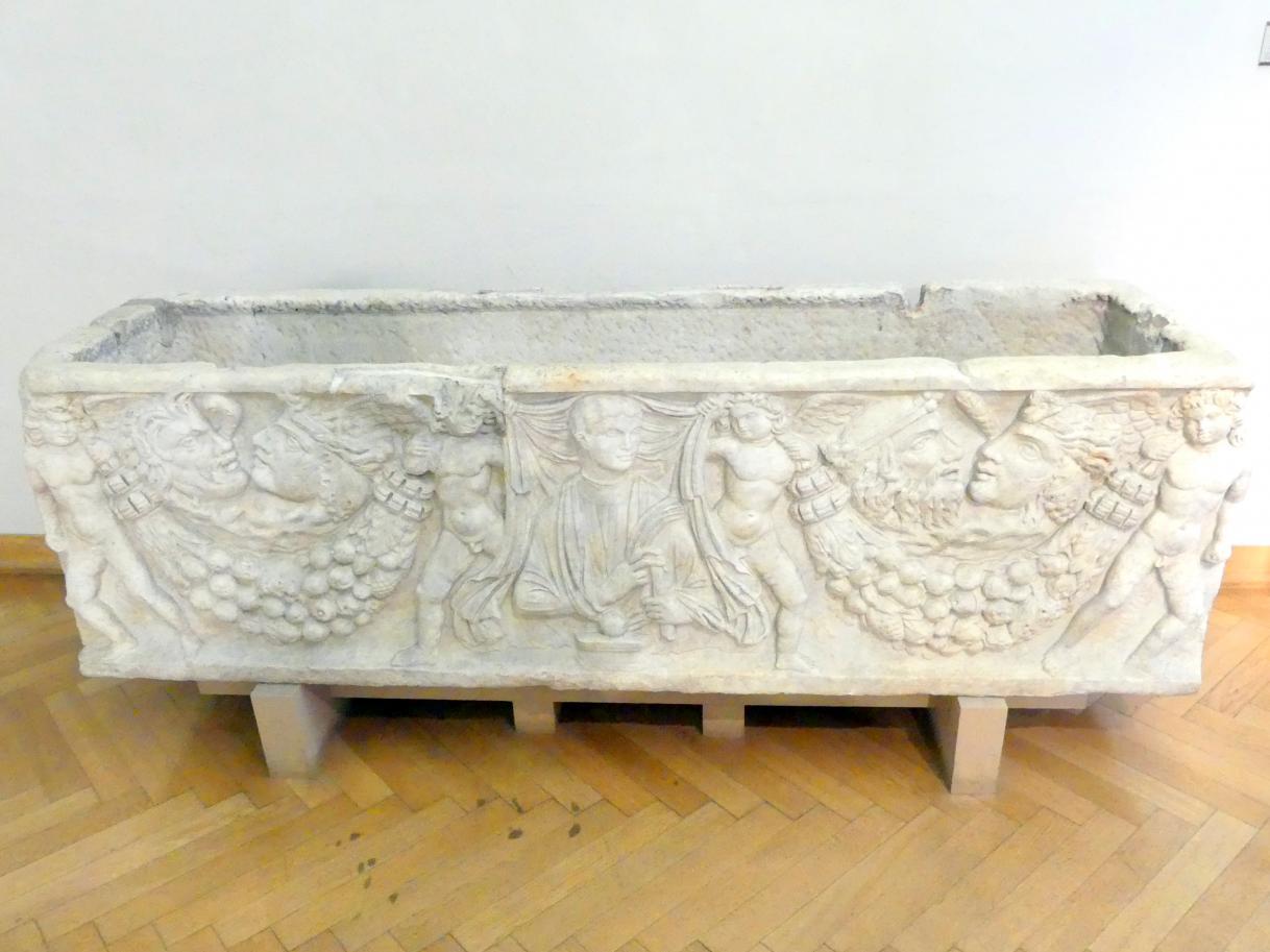 Römischer Sarkophag mit Jahreszeiten-Symbolen und einem Porträt des Verstorbenen, Mitte 3. Jhd.