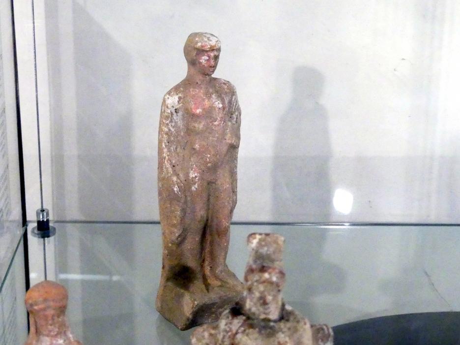 Nackter Knabe (Pais) mit einem Hahn, 4. Jhd.