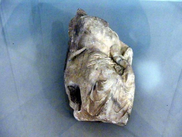 Fragment einer Stele: Sitzender Mann, 3. Jhd.