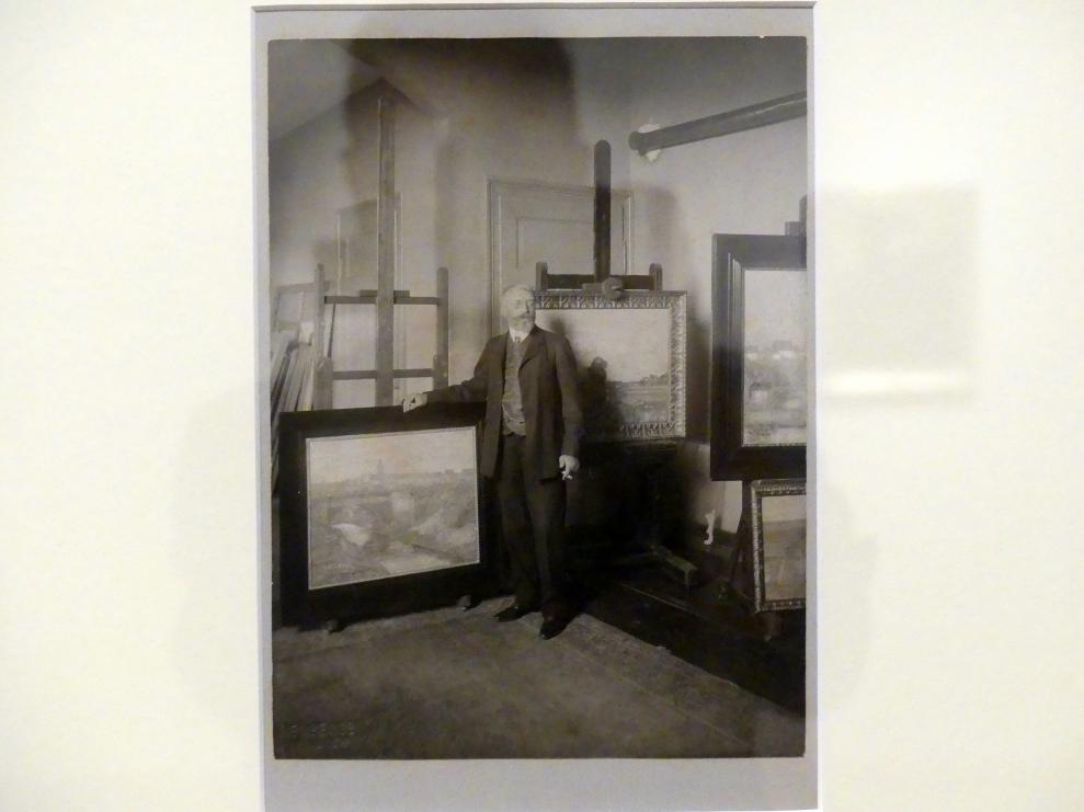 Adolf Hölzel: Hölzel vor seinen Werken, Undatiert