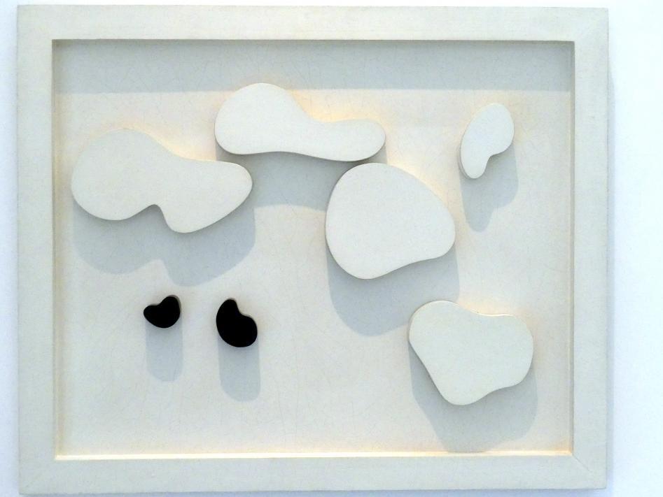 Hans (Jean) Arp: Konstellation mit fünf weißen und zwei schwarzen Formen, 1932