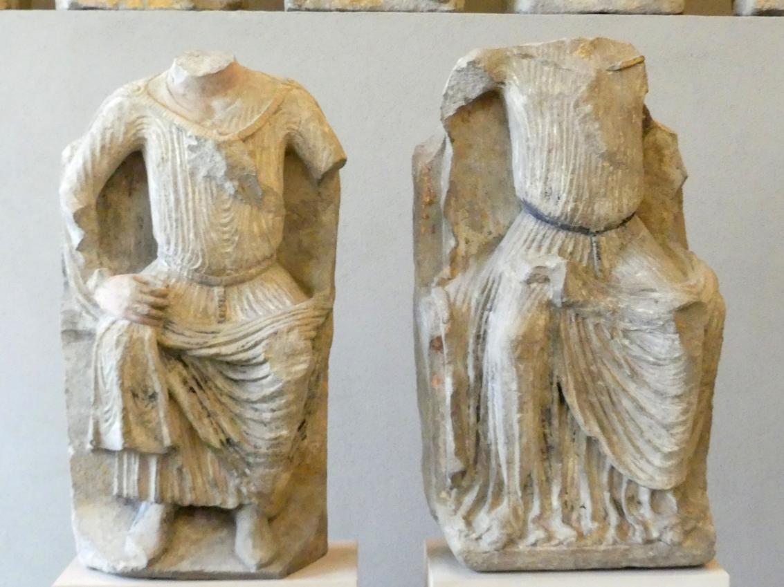 Männliche und weibliche sitzende Figur in zeitgenössischer Tracht, Um 1250