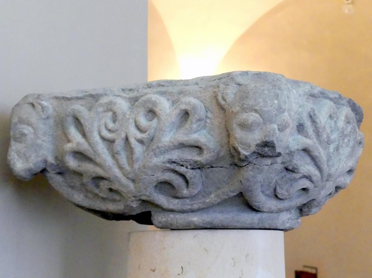 Würfel-Kapitell mit Ranken und Löwenköpfen, 1. Hälfte 12. Jhd.