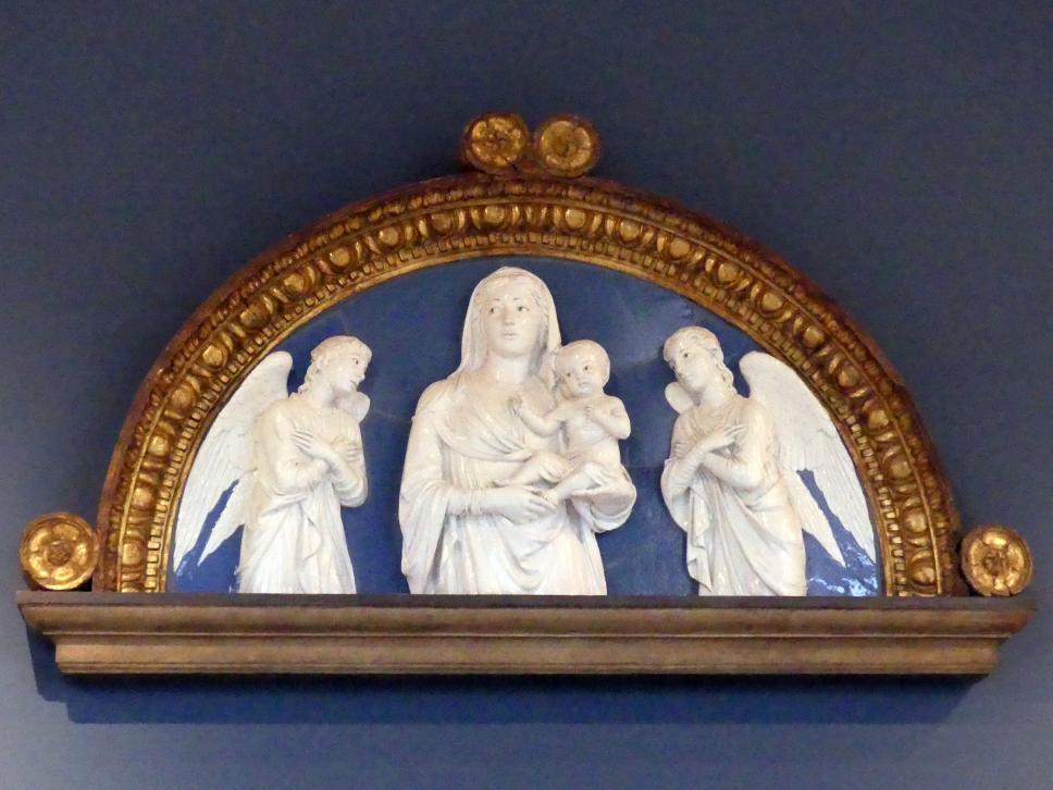 Luca della Robbia: Madonna mit Kind und zwei anbetenden Engeln, um 1450