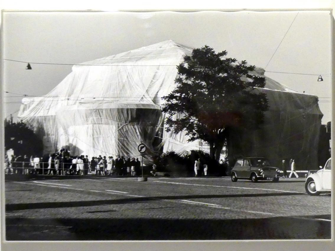 Christo: Kunsthalle Bern, Packed, Project for the 50th Anniversary of the Kunsthalle Bern, 1967 - 1968, Bild 4/6