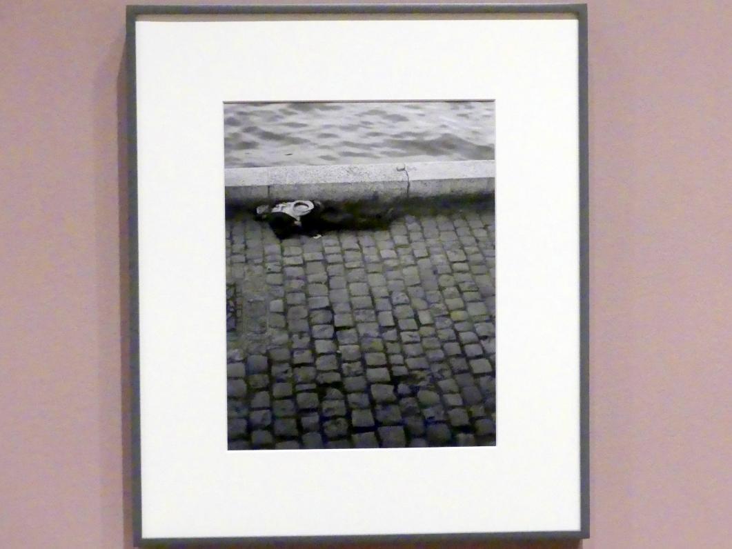 Brassaï (Gyula Halász): Mann, der an der Seine schläft. (Homme endormi au bord de la Seine), 1932