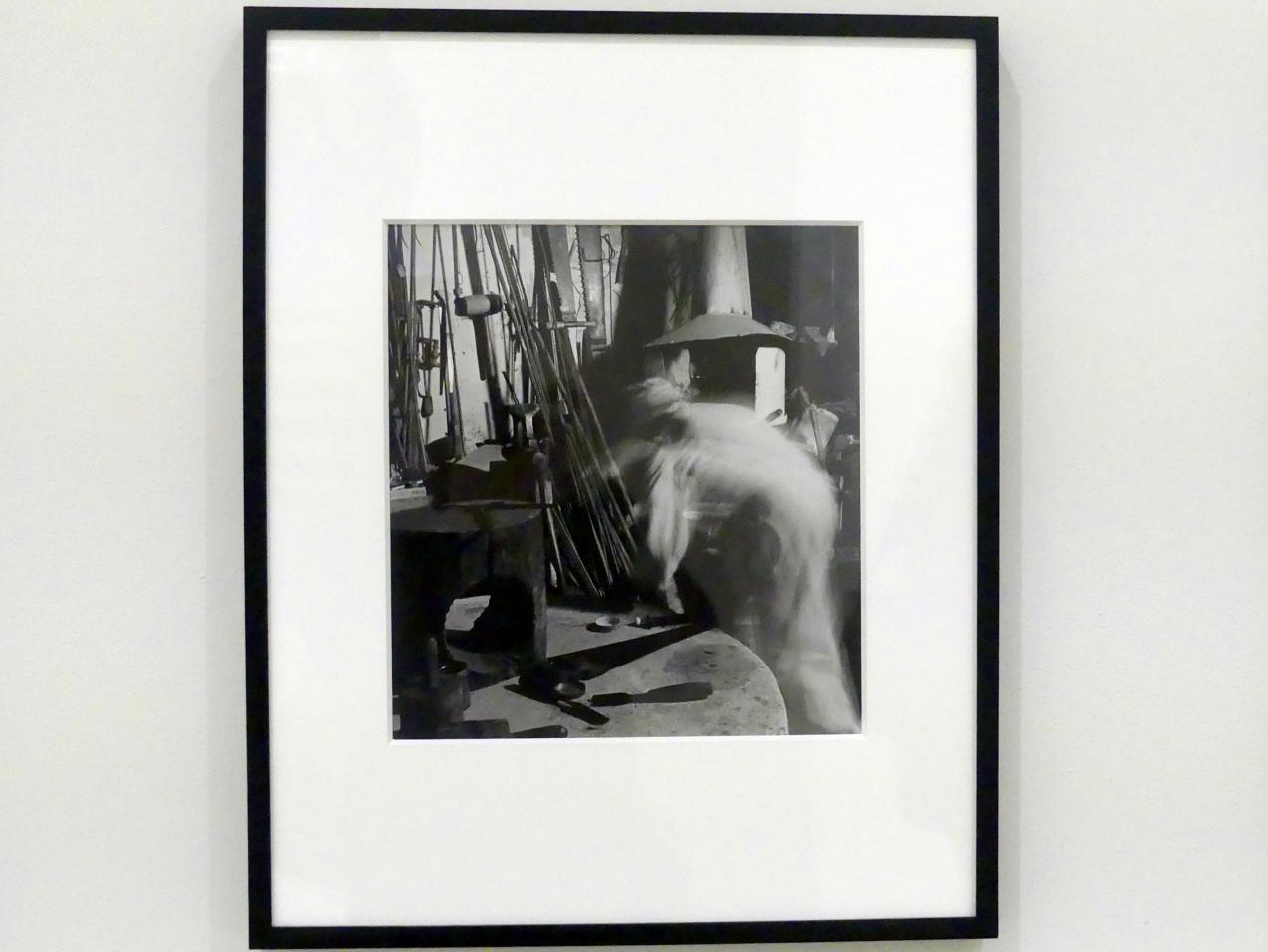 Wayne F. Miller: Constantin Brancusi in seinem Studio, 1946