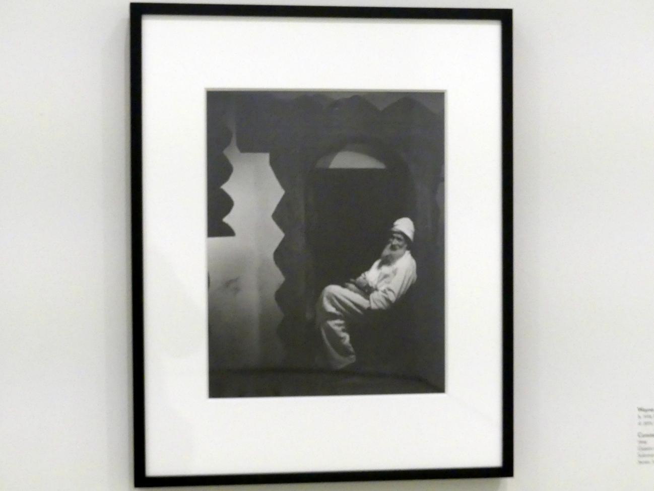 Wayne F. Miller: Constantin Brancusi vor der Türöffnung, 1946